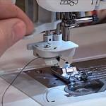 ¿Cómo utilizar el enhebrador automático de mi máquina de coser?